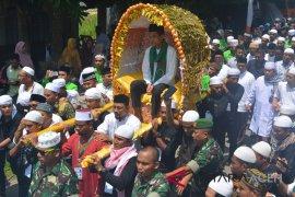 Warga Abdya usung Ustad Somad laksana sultan
