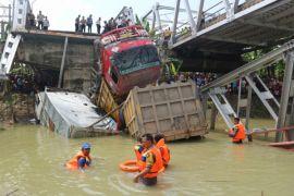 Evakuasi dump truck di Jembatan Widang terkendala crane