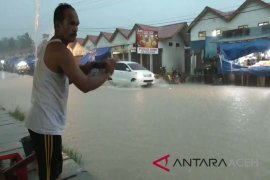 Diguyur hujan lebat Pasar Sianjo-anjo banjir