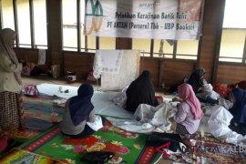 Antam latih ibu-ibu Tayan batik tulis