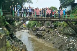 Peringati Hari Air Sedunia, mahasiswa IPB susuri Sungai Ciliwung