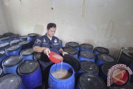 Polisi Karawang gerebek pengedar miras tradisional