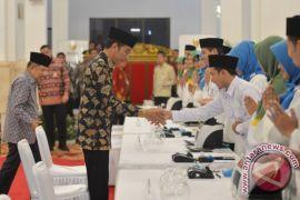 Kemarin, Jokowi bayar zakat hingga penumpang sebut bawa bom di Bandara Supadio