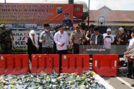 Ribuan Botol Minuman Keras Dimusnahkan Jelang Ramadhan (Video)