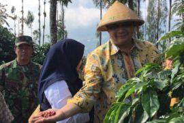 Airlangga Hartarto serahkan bantuan mesin pengolah kopi Temanggung