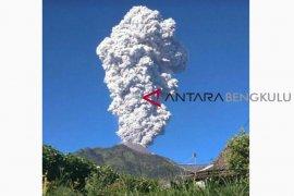 Sempat erupsi, status Gunung Merapi tetap normal
