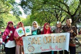 Aksi kreatif mahasiswa IPB peringati Hari Bumi