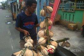 Kelapa bakar menu berbuka di Aceh Barat