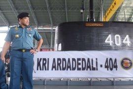 KSAL meninjau KRI Ardadedali-404