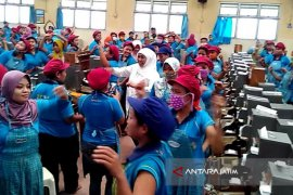 "Khofifah Senam ""Stretching"" Bersama Pekerja Wanita MPS Bojonegoro (Video)"
