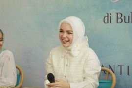 Dewi Sandra belajar bahasa isyarat