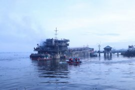 Kapal Pertamina terbakar, sungai Barito menjadi lautan api