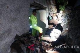 Tembok penahan tebing longsor tewaskan satu anak di Bogor