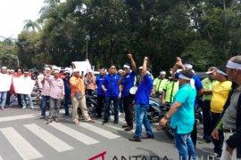 Ratusan buruh gelar aksi damai  di Kantor Gubernur Sumut