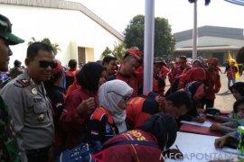 Hari buruh, Polisi Bekasi bagi-bagi oli gratis