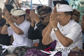 Gubernur Bali ikuti ritual di Semeru