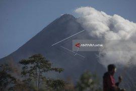 Mount Merapi spews hot clouds 1,000 meters from summit