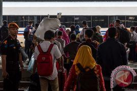 Seorang pemudik melahirkan di dalam kereta api dibantu sesama penumpang