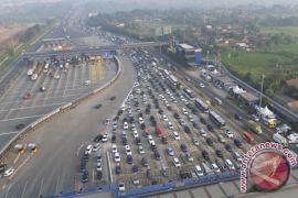 Kepadatan kendaraan terjadi di tol Jakarta-Cikampek
