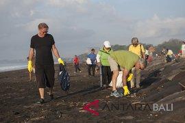 Pembersihan sampah Pantai Bali - NTB