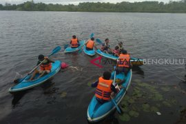 Relawan bersihkan Danau Dendam Tak Sudah Bengkulu