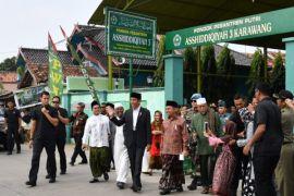 Presiden bagikan kaus Asian Games ke warga Karawang
