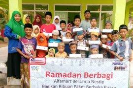 Alfamart-Nestle Indonesia Buka Bersama Yatim Piatu dan Dhuafa di Jember
