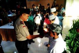 Kapolda Papua Barat beri santunan para santri