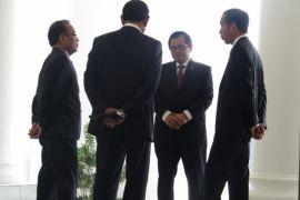 Diskusi Jokowi dan menteri-menteri saat menunggu Mahathir Mohammad