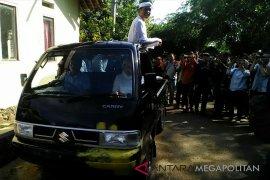 Dedi Mulyadi menaiki kendaraan bak terbuka usai mencoblos