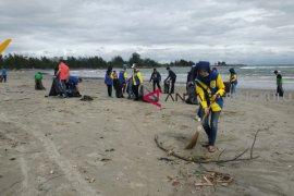 Puluhan relawan bersihkan Pantai Jakat