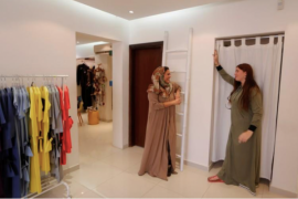 Lepas dari tradisi, perempuan Saudi rancang abaya warna-warni