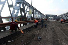 Truk sudah bisa lewat jembatan Widang