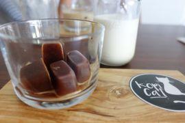 Menyesap es kopi balok di Depok