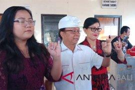 Cagub Wayan Koster mencoblos di TPS 6 Sembiran-Tejakula