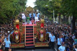 Presiden bagi-bagi buku di pawai Pesta Kesenian Bali