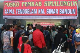 Keluarga korban KM Sinar Bangun berdoa di tepi Danau Toba