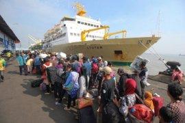 Penumpang kapal di pelabuhan Pangkalbalam - Belitung meningkat