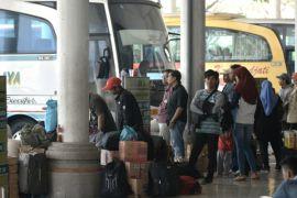 Pemudik tujuan Surabaya tiba di Terminal Purabaya