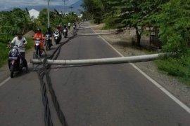 Belasan tiang listrik di Aceh Besar roboh