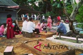 Warga Pangkalpinang padati makam usai laksanakan Sholat Id