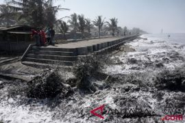 Warga mengungsi akibat gelombang tinggi laut Tasikmalaya