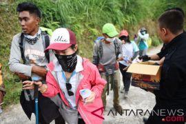 Haru, pendaki Thailand saling berpelukan pasca-evakuasi dari Rinjani