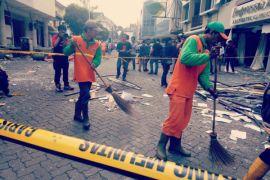 Lokasi sekitar ledakan Ruko Grand Wijaya mulai dibersihkan