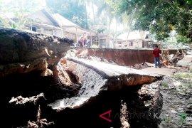 Video - Amblasan tanah Sisian Sungai Balangan terus terjadi
