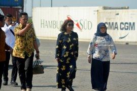Menteri KKP Resmikan Alat Pengangkat Kontainer
