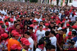 Presiden Jokowi dan Ibu Iriana jalan sehat di Makassar
