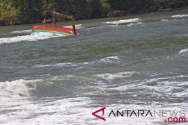 BPBD Jember dirikan posko korban kapal terbalik