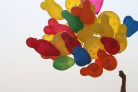 KAI Cirebon bagikan balon dan bunga pada Hari Anak