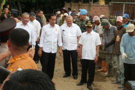 Presiden Jokowi tinjau pengecoran jalan di Banyu Asin